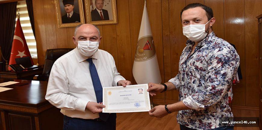 Vali Coşkun'dan Sağlık çalışanına başarı belgesi