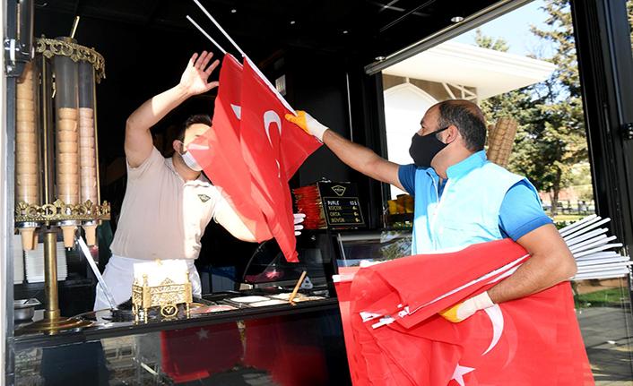 Onikişubat'tan Türk bayrağıdağıtımı