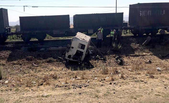 Yük treni kamyona çarptı: 1 ölü