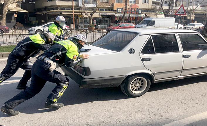 Otomobili arızalanan vatandaşa trafik polisleri yardım etti