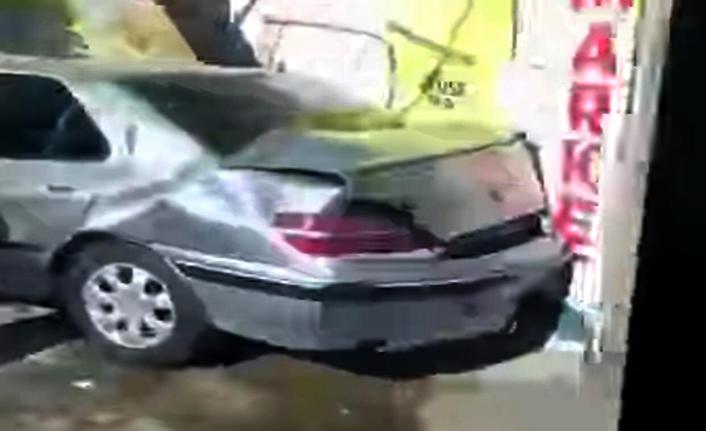 Otomobille iş yerine çarptı