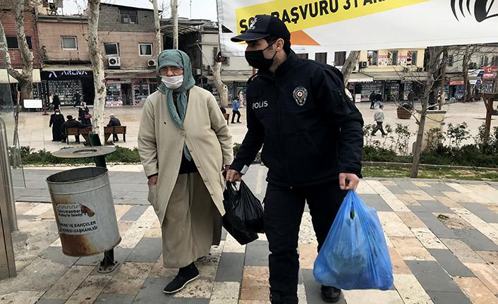 Yaşlı kadına polis yardımı