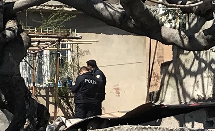 Komşusunun evine tüfekle ateş etti