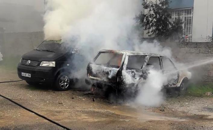 Park halindeki iki araç yandı