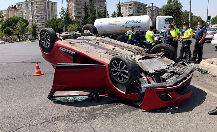 Otomobil refüje çarparak ters döndü: 3 yaralı
