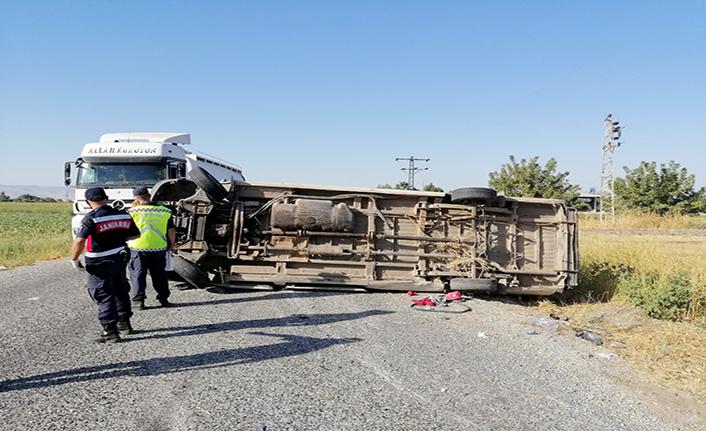 Minibüs takla attı: 1 ölü 15 yaralı
