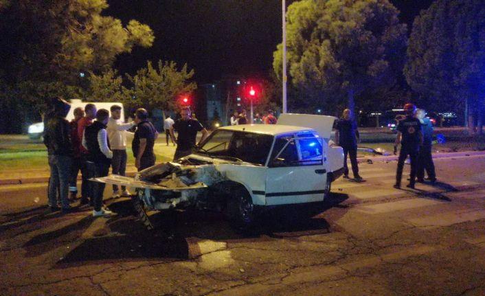 İki otomobil çarptı: 3 yaralı