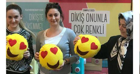 """KADINLAR, PİAZZA'DA """"SEVGİ DOLU"""" YASTIKLAR DİKTİLER"""