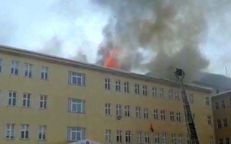 Meslek yüksek okulunun çatısı yandı