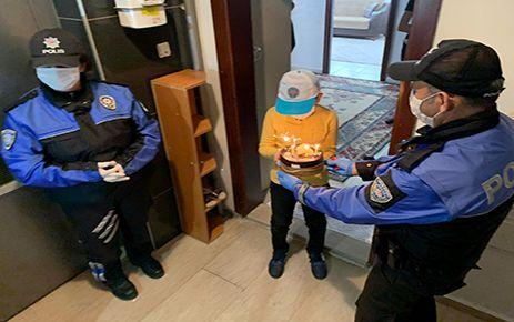 Polisten sürpriz doğum günü