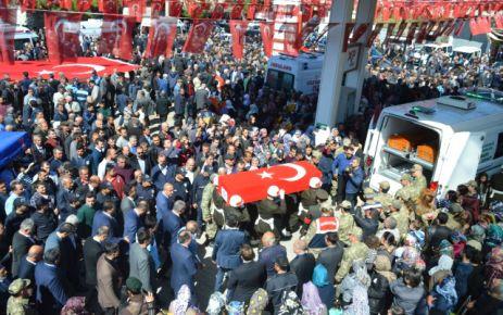 ŞEHİT DENİZ'İ BİNLER UĞURLADI
