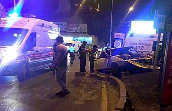 Otomobil orta refüje çarptı: 3 yaralı