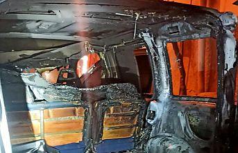 Metruk binada çıkan yangın park halindeki aracı kül etti