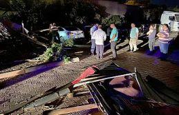 Şiddetli rüzgar çatıları uçurdu, ağaçları...