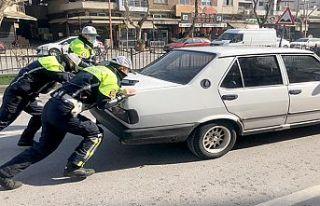 Otomobili arızalanan vatandaşa trafik polisleri...