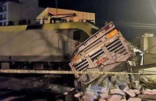 Yük treni tıra çarptı: 2 yaralı