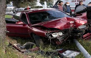 Aydınlatma direğine çarpan sürücü yaralandı