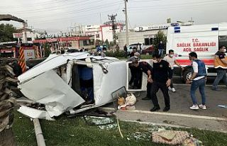 Otomobil aydınlatma direğine çarptı: 2 yaralı