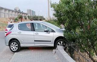 Otomobilin el frenini çekmeyi unuttu