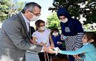 Başkan Güngör'den çocuklara dondurma
