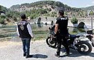 Kahramanmaraş'ta polis serinlemek için suya girenleri...