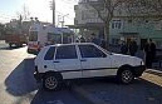 Kaldırımda bekleyen kişiye otomobil çarptı