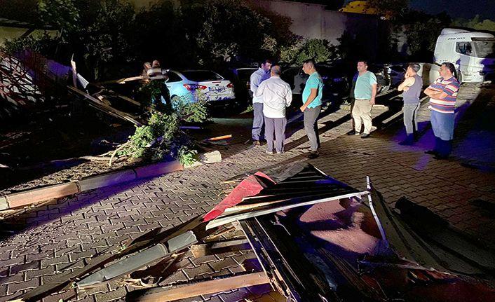 Şiddetli rüzgar çatıları uçurdu, ağaçları devirdi